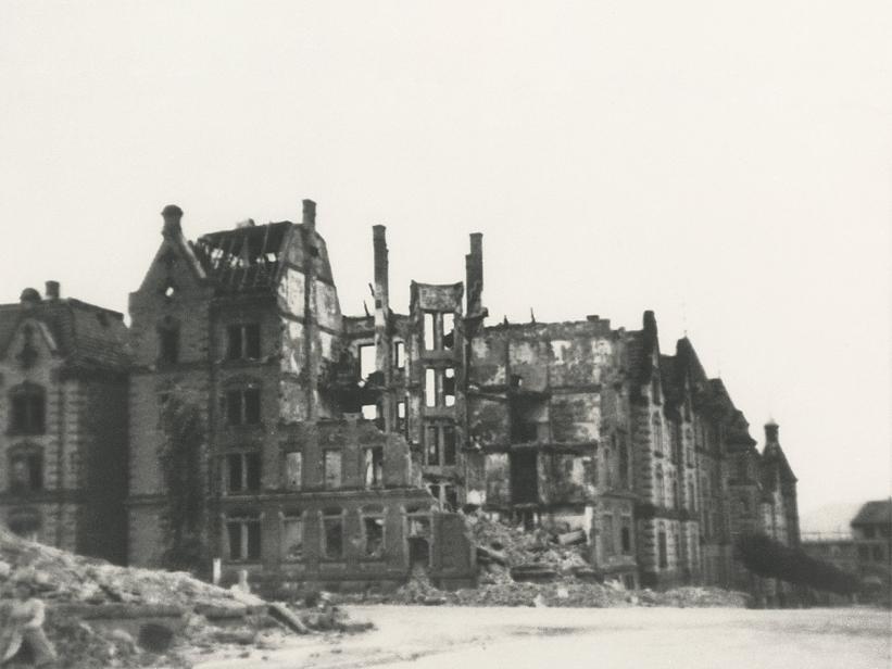 Zerstörte Häuserzeile Ecke Nordbahnhof-/ Eckartstraße, auf deren Höhe sich die Villa Nummer 41 befand, Quelle: Stadtarchiv Stuttgart.